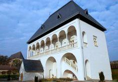 Nyírbátor, Báthori várkastély XV. századi, emeletes belső udvarú várkastély része volt, 1730 körül a vár maradványainak felhasználásával emeletes magtárrá alakították. Old Buildings, Hungary, Palace, Mansions, House Styles, Self, Castles, Manor Houses, Villas