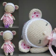 Kleine süße Maus Lilly sucht ein kuschliges neues zu Hause. Lilly ist ca. 23 cm groß mit ganz viel Liebe aus 100 % Baumwolle  gehäkelt. In den Farben natur und weiß. Sie trägt ein Kleidchen aus...