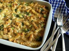 Super lækker pasta i fad med kylling, broccoli og mornaysauce. Vend hele molevitten sammen og sæt fadet i ovnen, så er der aftensmad på ganske kort tid.
