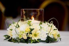 4.- Centros de mesa con vela, baso de vidrio tipo cilindro y flores