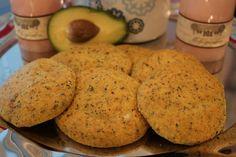 Avokadonokkosleipä  3 munaa 1/2 avokado HH 8,0 1 dl mantelijauhoa HH 8,0 1/2 dl gluteenitonta jauhoseosta HH 17,0 1 rkl kuivattua nokkosta 1/2 dl hampunsiemeniä HH 7,5 1 rkl psylliumia 2 tl leivinjauhetta 1/2 tl suolaa 1 dl vettä  Laita avokado ja vesi blenderiin ja sekoita sileäksi. Sekoita kaikki raaka-aineet keskenään. Lusikoi pellille ja paista 200 asteessa n. 20 minuuttia.  Taikinasta tulee 6 sämpylää (2 rkl taikinaa=1 sämpylä).