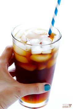 Coconut Water Iced Coffee | 1 xic água de coco, 1/3 (ou 1/2 ) xic café passado, gelo | #aguadecoco