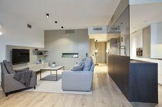 En la vista del salón y comedor contrasta el aire más minimalista de la cocina con la calidez del salón estilo nórdico.