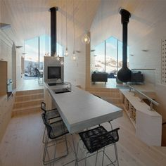 Nestled amongst the snowy slopes of the Norwegian landscape, lies Reiulf Ramstad Arkitekter's recently completed Split View Mountain Lodge. Mountian Lodge by Reiulf Ramstad Arkitekter Cabinet D Architecture, Interior Architecture, Architecture Wallpaper, Cabana, Interior Exterior, Interior Design, Modern Wooden House, Modern Lodge, Modern Rustic