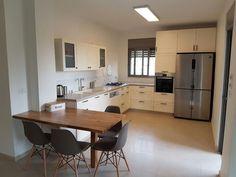 עיצוב מטבחים קטנים - מטבח כפרי עם דלפק Kitchen Room Design, Kitchen Dining, Table, Kitchens, Furniture, Home Decor, Design Of Kitchen, Decoration Home, Room Decor