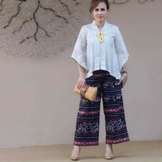 Kulot Batik, Blouse Batik, Kebaya Lace, Batik Kebaya, Model Dress Kebaya, Filipiniana Dress, Shirt Dress Pattern, Kebaya Muslim, Urban Fashion