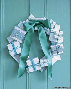 corona de navidad hecha con cajas de regalos