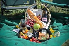 Totally want to go on a date to a real picnic.