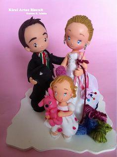 Noivo com I-pad na mão e noiva com agulhas de crochê.