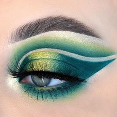 picture is just GOALS! We are always looking for new eyeshadow looks and tutorials for eye colors. Our calendar will help you stay on top of when the latest makeup eyeshadow palettes are being released! Eye Makeup Cut Crease, Hazel Eye Makeup, Makeup Eyeshadow Palette, Makeup Tutorial Eyeliner, Blending Eyeshadow, Blue Eye Makeup, Eye Makeup Tips, Colorful Eyeshadow, Eyeshadow Looks
