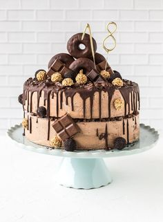 Cake for your birthday with donuts! - A birthday cake for the This is ideal for girls and boys! In our magazine you can see how you - Food Cakes, 18th Birthday Cake For Guys, Chocolates, Salty Cake, Chocolate Donuts, Drip Cakes, Beignets, Savoury Cake, Cake Recipes