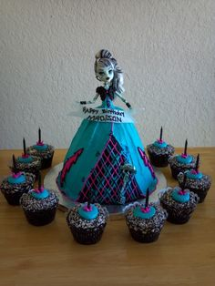 Not a big fan of doll cakes, but Khloe gasps every time she sees them lol Monster High Cake and Cupcakes