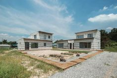 Unique House with Mixed Concrete Walls Simulating a Geological Formation