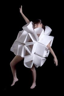 origami clothing: clothes with origami themes which you can buy ; and high-end origami clothing for the catwalk. Paper Fashion, Origami Fashion, 3d Fashion, Fashion 2020, Fashion Details, High Fashion, Moda Origami, Paper Clothes, Paper Dresses