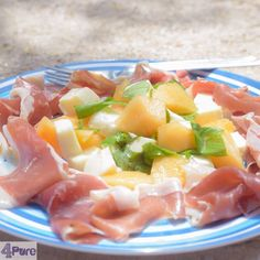 Salad with melon, ham and mozzarella. A delicious and sweet summer vacation recipe