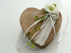 Ringkissen - Ringkissen Holz Herz creme vintage - ein Designerstück von Meissner-Floristik bei DaWanda