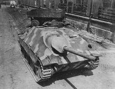 Немецкий истребитель танков Jagdpanzer 38(t) или Hetzer, захваченный союзниками на заводе фирмы Шкода в городе Пльзень (Pilsen), 1945.