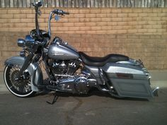 Harley Davidson News Custom Harleys, Custom Bikes, Knucklehead Motorcycle, King Painting, Bad Boy Style, Street Glide, Road King, Harley Davidson Motorcycles, Chicano