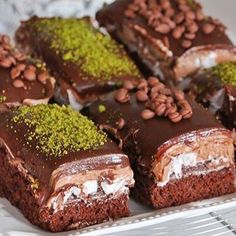 İftar'a belki çikolatalı pastalar isterse canınız❤️Gelsin mi yeniden tarifi❤️ buyrun tarifi: 4 Renkli yaş pasta ❤ MALZEMELERİ Pandispanya için: 4 yumurta 2 çay bardak şeker 1 su bardağı un (200- 250 gr ) 1 çay bardak süt 1 çay bardak sıvıyağ 3 yemek kaşığı kakao 1 paket vanilya 1 paket kabartmatozu Kreması için: 3 poşet krem şanti 2 yemek kaşığı mascarpone peyniri veya labne peyniri 3 kaşık Nutella Üzeri için 200 ml krema 200 grm çikolata bitter ve sütlü karışık Yumurtayı şekerle birlikte…