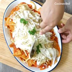 Nadie se resiste a estos deliciosos chilaquiles rojos caseros con pollo y queso gratinado. Mexican Dishes, Mexican Food Recipes, Dinner Recipes, Mexican Breakfast Recipes, Comida Diy, Good Food, Yummy Food, Cooking Recipes, Healthy Recipes