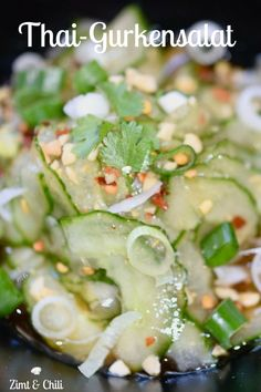 Thai-Gurkensalat THAI CUCUMBER SALAD – This is perfect for hot days. refreshing with crisp onions and a spicy from soya, fish and Thai cucumber saladThai cucumber salad with sesame ginger dressingWatermelon and cucumber salad with feta Hamburger Meat Recipes, Sausage Recipes, Chili Recipes, Asian Recipes, Chicken Recipes, Ethnic Recipes, Thai Salat, Asian Cucumber Salad, Summer Salads