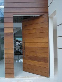 Porta pivotante de Lambril de Imbuia com bandeira fixa - Ecoville Portas Especiais Modern Entrance, Modern Front Door, Main Door Design, Front Door Design, Front Door Entrance, House Entrance, House Siding, House Doors, Urban House