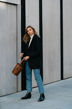 {Turtleneck, blazer, denim and bucket bag. Outfits Otoño, Warm Outfits, Winter Outfits, Casual Outfits, Fashion Outfits, Women's Fashion, Sandro, Uniform Wares, Street Style