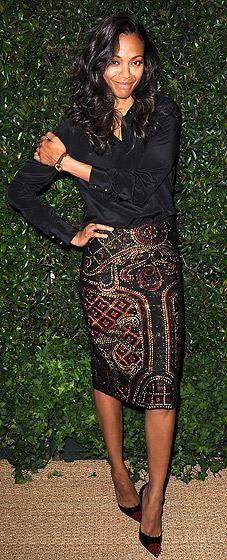 Zoe Saldaña. Me encanta la blusa de seda negra y la falda de Prabal Gurung.Fantásticos los zapatos.  Love the outfit!