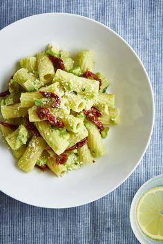 Rigatoni s avokádovým pestem a sušenými rajčaty Rigatoni, Penne, Fusilli, Couscous, Pasta Salad, Potato Salad, Potatoes, Ethnic Recipes, Food