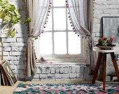 Bom dia meninas! Hoje vamos falar de cortinas. Elas são fundamentais para aquecer a casa e criar um clima de aconchego. Feitas de voile, seda, linho e até de retalhos de tecidos, as cortinas vestem os ambientes e assumem as mais diversas funções. Nos quartos e sala de estar, o ideal é que elas sejam