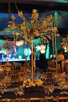 Centro de mesa de boda alto, iluminación con velas    Foto de Eva Zelenkova