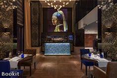 Hilton The Hague ligt in het centrum van Den Haag en op slechts 3km van de badplaats Scheveningen. Verder biedt restaurant Pearl een unieke, nieuwe eetervaring. De Executive Chef heeft een karakteristieke eigen stijl. Franse gerechten met invloeden van het seizoen en authentieke accenten van Nederlandse bodem sieren de menukaart.