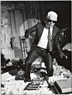 Karl Otto Lagerfeld nació el 10 de Septiembre de 1933 en Hamburgo, Alemania. Es uno de los diseñadores más influyentes de la segunda mitad del siglo XX,  y se darán cuenta de esto ya que si les gusta Chanel,  significa que deben darle el crédito a Karl.