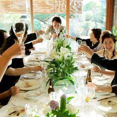 いいね!28件、コメント1件 ― Chica Motohana WEDDING DESIGHNさん(@c_weddingdesign)のInstagramアカウント: 「食卓を囲むようにして2人が各卓、一品づつ料理を食べながらのテーブルラウンドは私の大好きなパーティーの過ごし方です🍴✨全ての席でカンパーイ🍸の声が聞こえて賑やかな雰囲気がいいんですよね🎉もちろん新郎新婦のふたりもいい笑顔❗️ゲストも楽しそう🎵…」