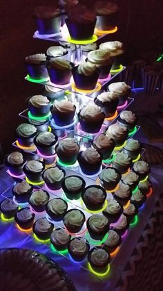 Use Glow Stick bracelets to create a glowing cupcake display. Glow In Dark Party, Glow Stick Party, Glow Sticks, Glow Party Food, Glow Party Decorations, Neon Party Foods, Glow In The Dark Cupcakes, Neon Party Themes, Neon Cupcakes