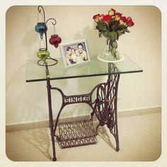 Mi mesita vintage es una maquina de coser singer, uno de los rinconcitos preferidos para ver en mi casita, candelabro de pier1 import, la foto de mi hermosa familia y un bouquet de rosas de dos colores. Love it!!!!