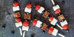 Vil du virkelig sette et 17.mai-preg på festbordet, skal du lage dette superenkle browniespydet med bær og marshmallows. Strawberry Recipes, Snacks, Marshmallows, Drinks, Strawberries, Desserts, Cakes, Food, Summer