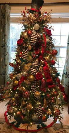 Are you looking for pictures for farmhouse christmas tree? Browse around this site for perfect farmhouse christmas tree inspiration. This farmhouse christmas tree ideas will look totally fantastic. Elegant Christmas Trees, Ribbon On Christmas Tree, Christmas Tree Design, Christmas Tree Themes, Noel Christmas, Christmas Tree Toppers, Rustic Christmas, How To Decorate Christmas Tree, Christmas Ideas