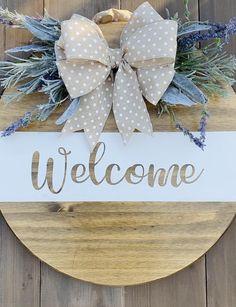Welcome Signs Front Door, Wooden Door Signs, Wooden Wreaths, Diy Door, Diy Signs, Wreaths For Front Door, Diy Crafts To Sell, Door Hangers, Fall Crafts