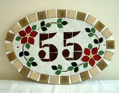 Numero residencial em mosaico, tamanho oval pequeno (30x20). Cliente pode escolher cor da borda e do número. O mosaico é realizado em cima de um piso de ceramica e deverá ser fixado na parede com argamassa. Ou poderá ser feito 2 furos para parafusar na parede, a pedido do cliente. Mosaic Diy, Mosaic Garden, Mosaic Tiles, Fused Glass Art, Mosaic Glass, Stained Glass, Diy And Crafts, Arts And Crafts, Mosaic Flowers