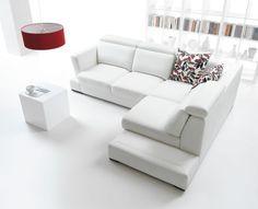 salon blanc avec canapé d'angle, table cube et abat-jour rouge
