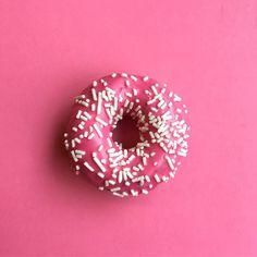 Nas quartas usamos rosa e na quinta comemos donuts rosa 🍩  .  .  .  .  .  .  .  .  .  .  .  .  .  .  .  .  .  .  .  .  #donuts #pinkdonuts #meansgirls #donutssp #donutsbrasil #empreendedoras #mulheresdenegocio #guiadasemanasp #catracalivre #buzzfeedbrasil #comida #gordice #fotografiadecomida #creativephotos #vscofilm