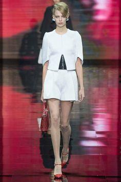 Красный, черный и немного белого – так выглядела новая коллекция Armani Prive haute couture осень-зима 2014-2015.