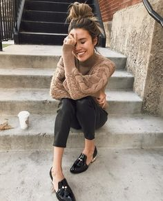 Beige knit sweater+black high-waist pants+black and gold loafers. Fashion Mode, Look Fashion, Womens Fashion, Fall Winter Outfits, Autumn Winter Fashion, Winter Gear, Casual Winter, Outfit Loafers, Mode Outfits
