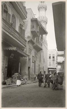 شارع الأزهر - جامع القاضي يحيى زين الدين - القاهره اوائل القرن الماضي . Old Egypt, Golden Days, Cairo, Vintage Photography, Louvre, Street View, Black And White, History, Awesome