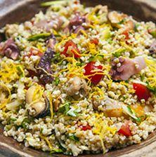 Το κλασσικό ταμπουλέ μεταμορφώνεται σε μια υπέροχη, δροσερή, πολύχρωμη, καλοκαιρινή σαλάτα, με πολλά-πολλά θαλασσινά και ανάλαφρη γεύση λεμονιού Fried Rice, Fries, Salads, Healthy Eating, Ethnic Recipes, Food, Eating Healthy, Healthy Nutrition, Clean Foods