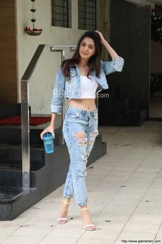 Kiara Advani snapped at Bandra Picture Gallery image # 360682 at Stars Spotted 2017 containing well categorized pictures,photos,pics and images. Bollywood Outfits, Bollywood Actress Hot Photos, Indian Bollywood Actress, Bollywood Girls, Beautiful Bollywood Actress, Bollywood Fashion, Indian Actresses, Stylish Girls Photos, Stylish Girl Pic