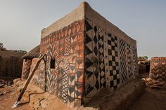 Gurunsi villages are formed by sukhala houses, which are decorated hand painted by the women of the village, tiebele, burkina faso by anthony pappone photographer, Gurunsi inhabit northern Ghana and southern Burkina Faso Amazing Architecture, Interior Architecture, People Around The World, Around The Worlds, Vernacular Architecture, Everyday Objects, Traditional House, Hand Painted, Earth
