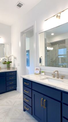 Bathroom Design Beautiful master bathroom with navy painted cabinets & gold accent hardware! Click t Blue Bathroom Vanity, Navy Blue Bathrooms, Black Bathroom Decor, Bathroom Interior Design, Bathroom With Black Cabinets, Lighting In Bathroom, Bathroom Countertop Cabinet, Master Bathroom Designs, Vanity Faucets