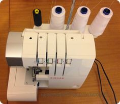 Truco para cambiar el color del hilo en la overlock! Overlock Singer, Sewing Hacks, Sewing Projects, Brother 1034d, Embroidery Patterns, Sewing Patterns, Handmade Crafts, Diy Crafts, Sewing Techniques
